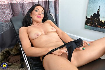 This naughty milf laeiana plays spreads her wet pussy