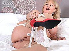 Curvy British amateur milf slut housewife girlfriend is playing waterspo